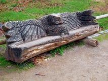Den sned träbänken i tysk parkerar Royaltyfri Foto