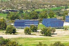 Den sol- panelen producerar grön miljövänlig energi från sunen Fotografering för Bildbyråer