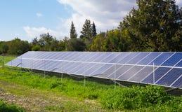 Den sol- panelen producerar grön miljövänlig energi från sunen Royaltyfri Foto