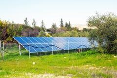 Den sol- panelen producerar grön miljövänlig energi från sunen Royaltyfria Bilder