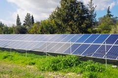 Den sol- panelen producerar grön miljövänlig energi från sunen Royaltyfri Bild