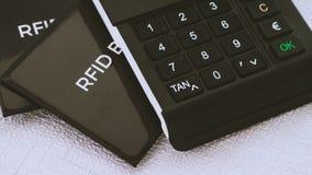Den SOLBRÄNDA generatorn och RFID-skyddsmuffar för din säkra kreditkortagainsen hacker anfaller Arkivfoton