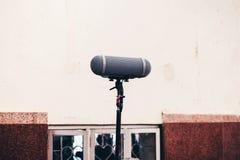 Den solida bangutrustningen på etapp har en yrkesmässig mikrofon Fotografering för Bildbyråer