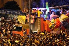 Den solida bilen som omges av lyckliga deltagare under LGBT 2018, ståtar i São Paulo Royaltyfri Fotografi