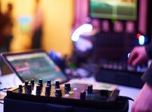Den solida blandande kontrollanten för höftflygtur dj som skrapar rekord, blandar spår för levande musik på nattpartiet Royaltyfri Foto