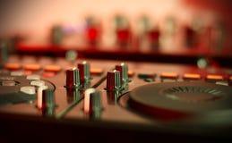 Den solida blandande kontrollanten för höftflygtur dj som skrapar rekord, blandar spår för levande musik på nattpartiet Royaltyfria Bilder