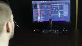 Den solida teknikern som arbetar i inspelningstudion arkivfilmer