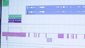 Den solida teknikern som arbetar i inspelningstudion Stämmainspelning lager videofilmer