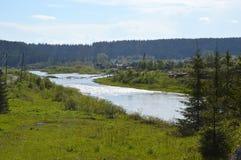 Den soliga dagen på försilvrar floden royaltyfri fotografi