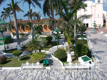 Den soliga plazaen parkerar av den Tlacotalpan staden i Central America Arkivbild