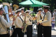 Den soliga sommardagen i staden parkerar mässingsmusikbandet av sjömän spelade i staden parkerar fotografering för bildbyråer