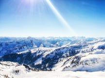 Den soliga vinterdagen i alpint skidar semesterorten, damü ls vorarlberg Austri arkivfoton