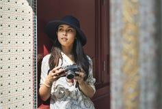 Den solo asiatiska kvinnliga handelsresanden Fotografering för Bildbyråer