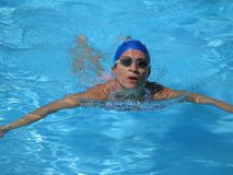 Den Sommer weg schwimmen lizenzfreies stockbild