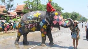 Den Songkran festivalen firas med elefanter i Ayutthaya Royaltyfri Bild