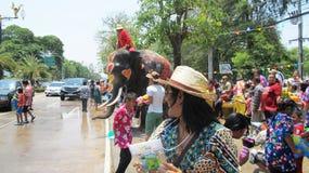 Den Songkran festivalen firas med elefanter i Ayutthaya Royaltyfri Foto