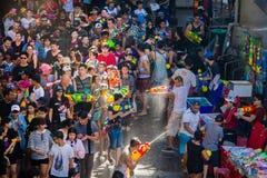 Den Songkran festivalen i Silom, Bangkok Fira det thail?ndska traditionella nya ?ret arkivbilder