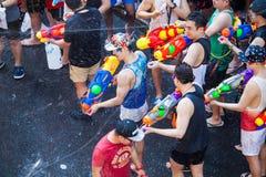 Den Songkran festivalen i Silom, Bangkok Fira det thail?ndska traditionella nya ?ret royaltyfria foton