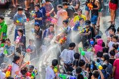 Den Songkran festivalen i Silom, Bangkok Fira det thail?ndska traditionella nya ?ret royaltyfri foto