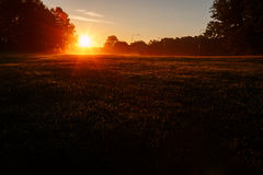 In den Sonnenaufgang - ein neuer Morgen Lizenzfreie Stockfotografie