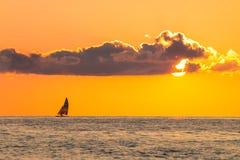 in den Sonnenuntergang allein segeln Lizenzfreie Stockfotos
