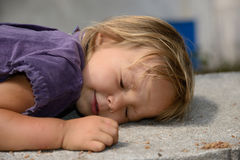 Den sova lilla flickan Arkivbild