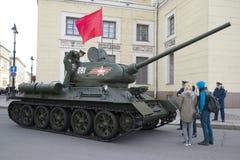 Den sovjetiska behållaren av det andra världskriget, T34en-85 för repetitionen av ståtar i heder av Victory Day petersburg saint Arkivbilder