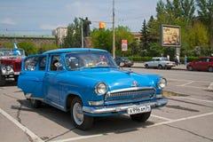 Den sovjetiska bilen Volga GAZ-21 på motorn samlar i Volgograd Royaltyfria Bilder