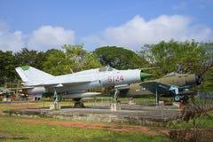 Den sovjetiska kämpen MIG-21 och en amerikansk kämpe AD-6 (Douglas A-1 Skyraider) Royaltyfri Bild