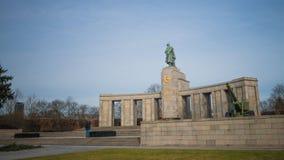 Den sovjetiska krigminnesmärken i Berlin arkivfoton
