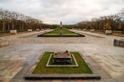 Den sovjetiska krigminnesmärken i Treptower parkerar, Berlin, Tysklandpanorama Arkivbilder