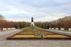 Den sovjetiska krigminnesmärken i Treptower parkerar i Berlin Royaltyfria Foton