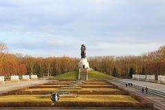 Den sovjetiska krigminnesmärken i Treptower parkerar i Berlin Arkivbilder