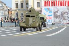 Den sovjetiska pansarbilen BA-20 på genrepet av det högtidligt ståtar i hedern av Victory Day Arkivbilder