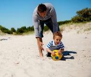 Den spännande ungen griper bollen Fotografering för Bildbyråer