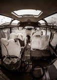 Den spökade gamla bussen med spökar, mordplats, apokalyptisk vision med täckt blod täcker på platser och bänkplatser arkivfoto