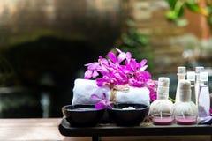 Den Spa behandling och produkten för kvinnlig fot och manikyr spikar brunnsorten med, mjuk och vald fokusen för rosa färgblomman, Royaltyfri Foto