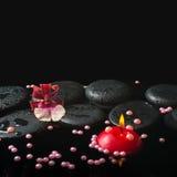 Den Spa inställningen av den orkidécambriablomman och pärlan pryder med pärlor, zenstenar Arkivbild