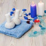 Den Spa massageinställningen med den thai växt- kompressen stämplar. Arkivfoton