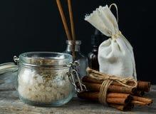 Den Spa skönhetskönhetsmedel och tillbehören med kanelbruna pinnar, oljer royaltyfri fotografi