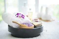 Den Spa tillbehören den aromatiska stearinljuset, orkidéblomman som är salt skurar Royaltyfria Bilder