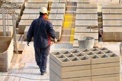 Den spanska byggnadsarbetaren, konstruerar ett viktigt byggande Arkivfoton