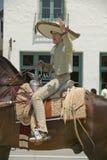 Den spanska cowboyen på hästrygg under invigningsdag ståtar ner State Street, Santa Barbara, CA, gamla spanska dagar fiestaen, Au Royaltyfria Bilder