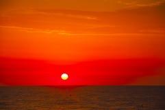 Den spanska morgonsolen på röd himmel med guling fördunklar vid Mediteren Arkivfoto