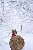 Den spartanska krigaren står i snöig skog Royaltyfri Bild