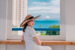 Den speciala ferien av denna kvinna är jätteglad royaltyfria bilder