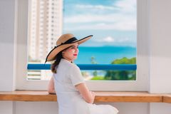 Den speciala ferien av denna kvinna är jätteglad arkivfoto