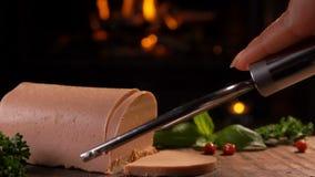Den speciala kniven klipper en skiva av foiegras lager videofilmer