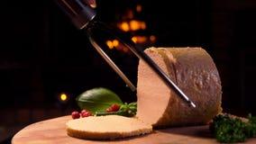 Den speciala kniven klipper en skiva av foiegras