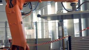 Den speciala robotic armen använder sugkoppar för att släpa stora paneler på en fabrik lager videofilmer